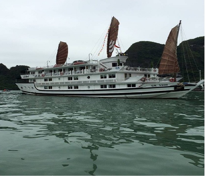 Cruise-Along-The-Halong-Bay